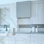 4-bucatarie moderna minimalista finisata cu lastre ceramice imitatie marmura