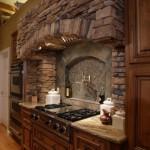4-bucatarie rustica decorata cu piatra naturala combinata cu mozaic si faianta din piatra