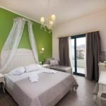 4-camera decorata cu verde si gri si cu pat cu baldachin Villa Anthelion Limenaria Thassos