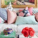 4-canapea alba plina cu pernute decorative cu diferite tipuri de imprimeu