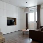 4-canapea-asezata-in-fata-televizorului-din-camera-de-zi-a-garsonierei