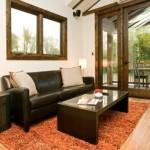 4-canapea din piele si masuta din lemn living mic parter casa 37 mp
