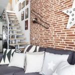 4-canapea gri inchis pe fundalul pereelui placat cu caramida amenajare living apartament mic