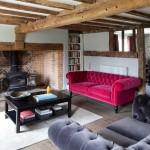 4-canapea rosie din catifea model Chesterfield decor interior rustic