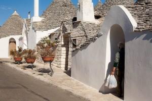 4-case cu acoperis conic din piatra trulli in alberobello italia