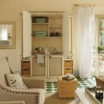 4-chicineta cu chiuveta si dulap de vase in livingul casutei de vacanta