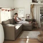 4-coltar canapea gri in livingul casi reconstruite