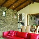 4-coltar din piele rosie decor living modern cu piatra si lemn