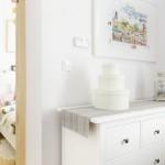 4-comoda-cu-sertare-asezata-in-spatele-canapelei-din-livingul-open-space-mic