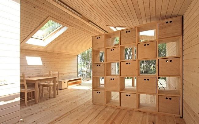 4-compartimentare interior casa modulara din lemn cu ajutorul unei etajere mari
