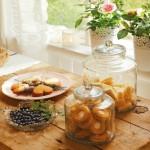 4-detaliu decorativ pervaz si masa din lemn bucatarie rustica scandinava