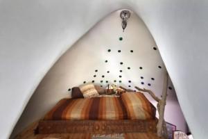 4-dormitor cu iluminatoare mici din sticla colorata reciclata casa cob Cipru
