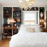 4-dormitor elegant in alb si albastru decorat cu o biblioteca plina cu carti