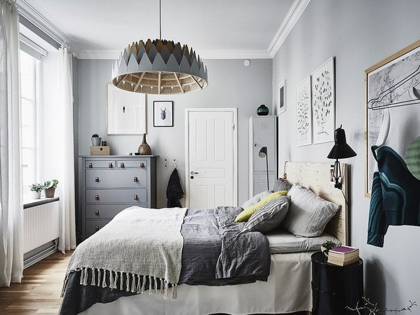 4-dormitor scandinav cu mobila gri si neagra si peretii gri