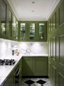 4-exemplu bucatarie ingusta cu mobila clasica din lemn culoarea verde
