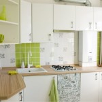 4-exemplu bucatarie mica mobilata si finisata in alb si vernil