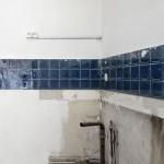4-faianta veche bleumarin pe peretele bucatariei mici de 3 mp