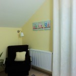 4-fotoliu pentru alaptat camera bebe decorata in alb si galben