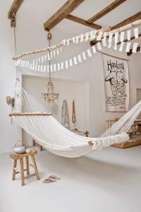4-hamac suspendat de tavan in decorul unui living cu accente rustice