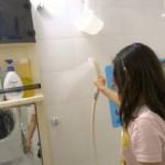 4-japonezii spala peretii si obiectele sanitare din baie cu dusul