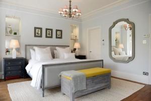 4-lada de depozitare din lemn asezata la picioarele patului din dormitor