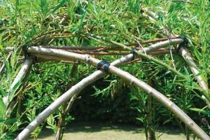 4-legarea crengutelor de salcie pentru constructia unui foisor rustic