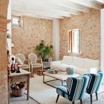 4-living cu zona de relaxare in fata semineului casa din piatra naturala