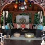 4-living stil oriental in aer liber amenajat in foisor din lemn