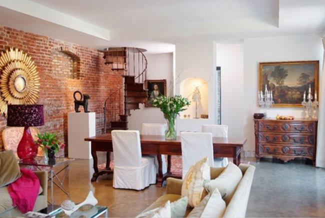 4-livingul locul de luat masa si scara interioara dupa renovarea casei vechi de o suta de ani