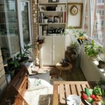 4-loc de luat masa cu masa si bancuta din lemn intr-un balcon insorit de bloc