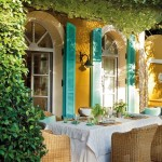 4-loc de luat masa pe terasa de langa casa galbena cu obloane turcoaz