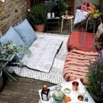 4-loc de relaxare cu perne pe pardoseala dintr-un balcon mic