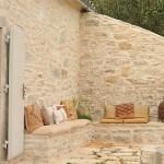 4-loc de relaxare intr-un colt al curtii casei de vacanta Vila Iriti din Corfu