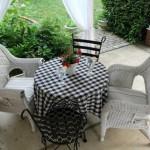 4-masa din fier forjat si scaune tip fotoliu din rattan vopsit in alb mobila terasa amenajata in stil frantuzesc