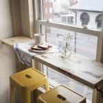 4-masa din lemn de latimea unei polite fixata in dreptul ferestrei din bucatarie