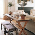4-masuta ingusta din lemn montata in spatele canapelei din living