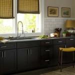4-mobila neagra bucatarie faianta gri accente galbene