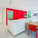 4-mobila rosie lucioasa in decorul unei bucatarii moderne albe