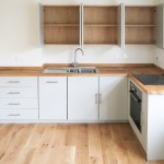 4-mobilier alb pe colt proiectat dupa forma bucatariei