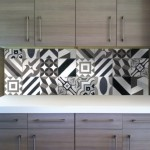 4-mobilier modern furnir lemn asortat cu faianta patchwork alb negru