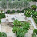 4-o curte mica pavata cu loc de luat masa si cu multe plante verzi