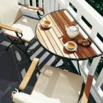 4-o masuta si doua scaune in amenajarea unui balcon mic