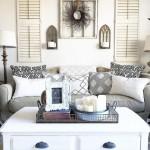 4-obloane din lemn si aplice de perete decor zona canapea living