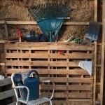 4-organizare unelte gradina in suport din palet de lemn vechi