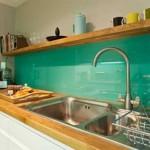 4-panou colorat din sticla turcoaz decor bucatarie moderna cu mobila alba si blat din lemn