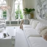 4-perdele albe in amenajarea unui living cu doua ferestre si pereti albi