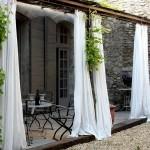 4-perdele albe vaporoase decor terasa rustica decorata cu piatra lemn si fier forjat