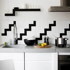 4-perete-blat-de-lucru-finisat-cu-faianta-alba-cu-imprimeu-zigzag-negru