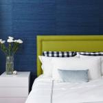 4-perete dormitor accentuat cu tencuiala decorativa bleumarin