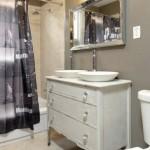 4-pereti baie zugraviti cu lavabila gri si placati cu faianta in zona cabinei de dus